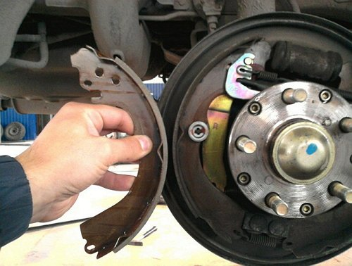 пошаговая инструкция по замене тормозных колодок - фото 2