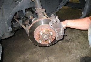 Фото подготовки автомобиля для замены тормозных колодок, 365cars.ru