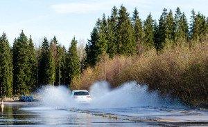 На фото - как избежать аквапланирования, infocar.ua