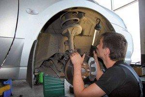 На фото - диагностика рулевого управления, reaktor55.ru