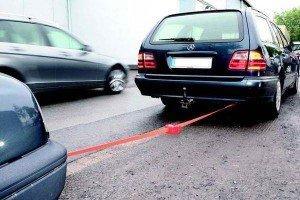 На фото - буксировка автомобиля с помощью троса, auto-owners.ru