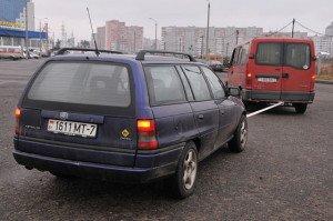 На фото - аварийная сигнализация при буксировке автомобиля, hochyvodit.ru