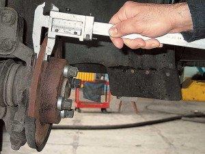Фото измерения толщины тормозного диска, autocentre.ua
