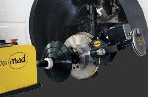 Фото современного метода проточки тормозных дисков без снятия, avtowithyou.ru