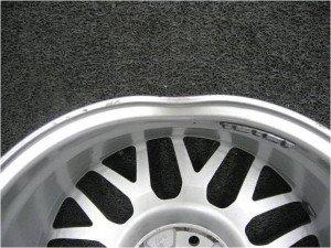 На фото - деформированный колесный диск авто, autoexpert.in.ua
