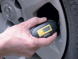 На фото - проверка давления автомобильной шины, koleso.kharkov.ua