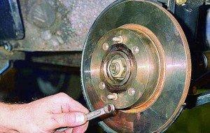 На фото - замена тормозных дисков, v-lada.ru