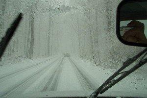 На фото - автомобильные снегоочистители, autoshcool.ru