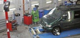 На фото - компьютерный лазерный стенд регулировки углов сход-развала колес, minibus-service.ru