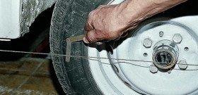На фото - регулировка развала схождения колес, ufauto.ru