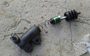 На фото - рабочий цилиндр сцепления на ремонте, drive2.ru