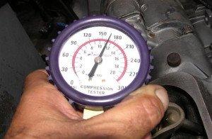 На фото - измерение компрессии двигателя, at-servise.ru