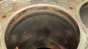 На фото - износ поверхностей цилиндров, motoresurs.ru
