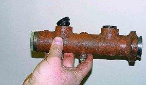 На фото - уплотнительные элементы главного тормозного цилиндра, manual.uazfan.ru