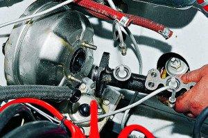На фото - демонтаж главного тормозного цилиндра, autoprospect.ru