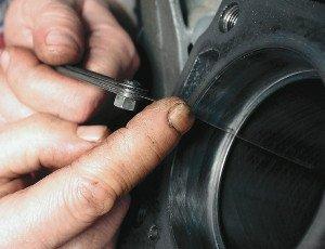 На фото - уменьшенный зазор между поршнем и цилиндром, autorambler.ru