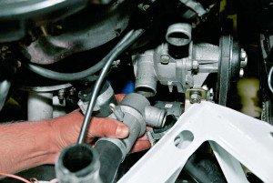 Фото отсоединения воздухообменной трубки для замены термостата, autoprospect.ru
