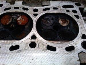 На фото - выпускные клапаны в масле и пригаре, drive2.ru