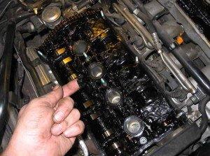 На фото - очищение двигателя автомобиля от гари, dyr4ik.su