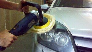 На фото - полировка фар авто шлифмашинкой