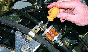 На фото - демонтаж фильтра тонкой очистки топлива, manual.uazfan.ru