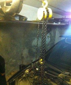 На фото - ручная таль для установки двигателя автомобиля, drive2.ru