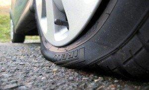 Фото пробитого колеса автомобиля, autoshcool.ru