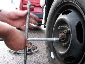 На фото - тщательное закручивание болтов колеса, avto-moto-news.ru