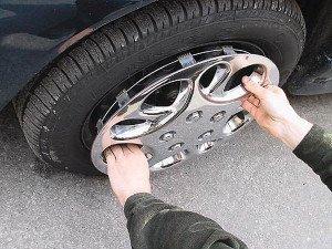 Фото установки колпака на колесо автомобиля, autotuni.ru