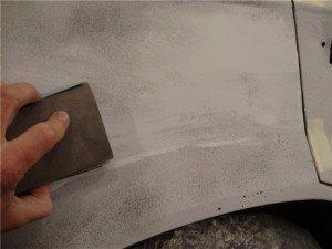 На фото - шлифование кузова автомобиля перед покраской, forum.moskvichtuning.ru