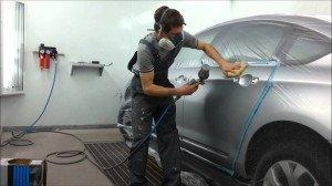 На фото - нанесение бесцветной базы на кузов автомобиля краскопультом, youtube.com