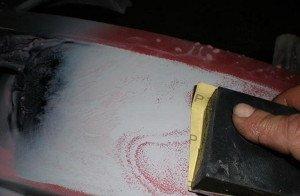 Фото шлифования отслоившейся краски на кузове автомобиля наждачкой, true-car.ru