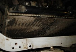 На фото - осмотр неисправного автомобильного радиатора, drive2.ru