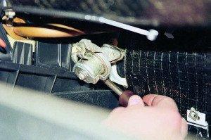 На фото - поломка крана отопителя радиатора автомобиля, autoprospect.ru