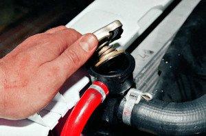 На фото - откручивание пробки заливной горловины радиатора, avtomasta.ru