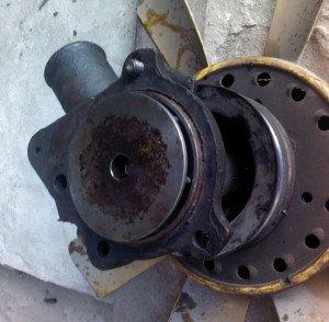 Фото утечки охлаждающей жидкости из помп авто, drive2.ru