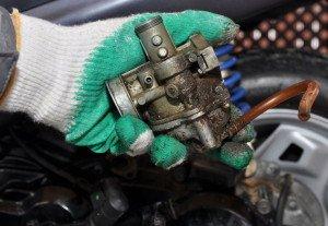 Фото загрязненного автомобильного карбюратора, scooter777.ru