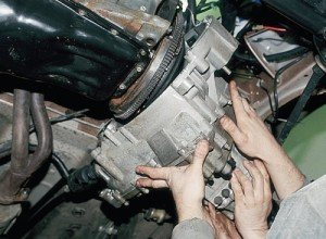 На фото - демонтаж коробки передач ВАЗ 2110, tumenmoto.ru