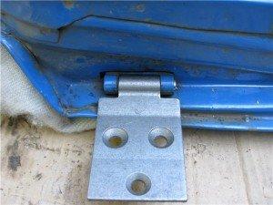 На фото - замена дверных петель автомобиля, drive2.ru