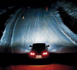 На фото - освещение ночной дороги ксеноновыми фарами, avtorinok.ru
