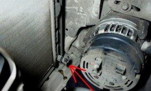 На фото - сливная пробка радиатора Daewoo Lanos, lanos-fan.at.ua