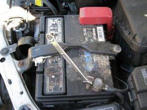На фото - окисление полюсных выводов на аккумуляторной батарее, autoexpert.com.ua