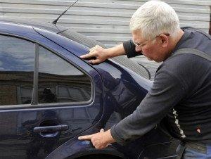 На фото - внешний осмотр кузова автомобиля перед покупкой, avtolesson.spb.ru