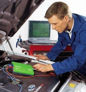 На фото - определение источника шумов в двигателе покупаемого автомобиля, ingektor16.ru