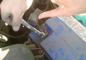 На фото - отсоединение клемм аккумулятора, avto-blogger.ru
