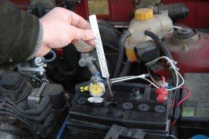 Фото измерения температуры электролита аккумулятора в мороз, ruqrz.com