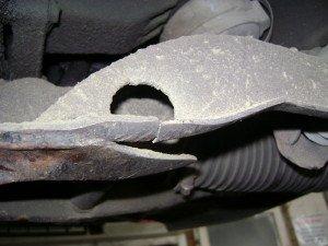 На фото - сломанная поперечная балка передней подвески, vaz-master.ru