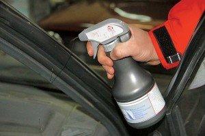 Фото обработки уплотнителей двери смазкой при морозе, auto.bigmir.net