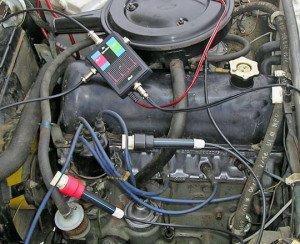 На фото - проверка утечки в высоковольтной части системы зажигания, injectorservice.com.ua