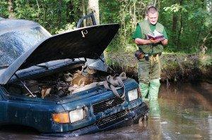 Фото заглохшего автомобиля в глубокой луже, autoreview.ru